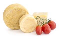 Käse und Tomaten über weißem Hintergrund Lizenzfreies Stockbild