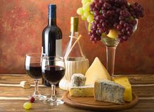 Käse und Trauben mit Gläsern Rotwein Stockfoto