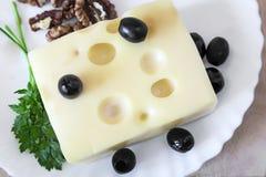 Käse und Walnüsse auf einer Platte Stockfoto