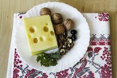 Käse und Walnüsse auf einer Platte Stockfotos