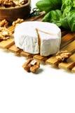 Käse und Walnüsse mit Basilikum Lizenzfreie Stockbilder