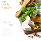 Käse und Walnüsse mit Basilikum Stockbilder