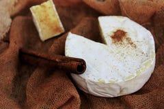 Käse und Zimt Stockfoto
