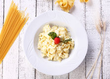 Käse vier Tortellini auf einem weißen Hintergrund Stockfotografie