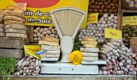 Käse, Würste und alte Waage Lizenzfreie Stockbilder