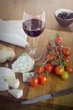 Käse, Wein, Tomaten Stockbild