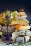 Käse, Wein und Früchte Stockfotografie