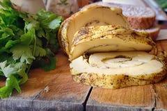 Käse wird durch Stücke auf einem Holztisch geschnitten Lizenzfreie Stockfotografie