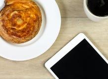 Käsebrötchentasse kaffee und eine Tablette Lizenzfreie Stockfotografie