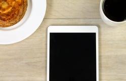 Käsebrötchentasse kaffee und eine Tablette Lizenzfreie Stockfotos