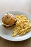 Käseburger mit Fischrogen lizenzfreies stockfoto