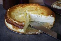 Käsekuchen auf Tabelle, ein Viertelvermisster stockbilder