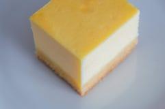 Käsekuchen auf weißer Platte mit Gabel Lizenzfreies Stockfoto