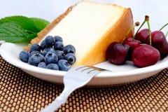 Käsekuchen, Kirschen und Blaubeeren Stockfotos