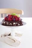 Käsekuchen mit Beeren auf einer Schokoladenkuchenschicht Lizenzfreies Stockbild