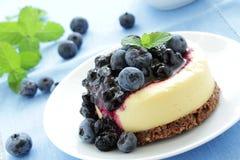 Käsekuchen mit Blaubeeresoße und Blaubeere Lizenzfreie Stockfotos