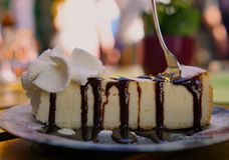 K?sekuchen mit Bratenfett-Schokoladen-So?e stockfoto