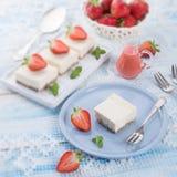 Käsekuchen mit Erdbeeresoße Lizenzfreies Stockfoto