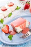 Käsekuchen mit Erdbeeresoße Lizenzfreie Stockfotografie