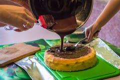 Käsekuchen mit flüssiger Schokolade Stockbild