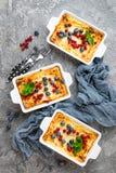 Käsekuchen mit frischen Beeren Käsekuchen mit Blaubeere und roter Johannisbeere lizenzfreies stockfoto