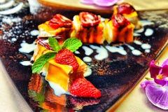 Käsekuchen mit frischen Erdbeeren und Gesundheit der Minze zum Nachtisch - Stockbilder