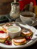 Käsekuchen mit Kirsche und Kaffee auf einer Platte Stockfotos