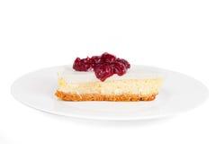 Käsekuchen mit Kirschsoße auf einer Platte Lizenzfreies Stockfoto