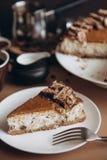 Käsekuchen mit Nüssen und Schokolade stockfoto