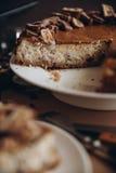 Käsekuchen mit Nüssen und Schokolade Stockfotografie
