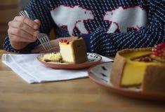 Käsekuchen mit Sauerrahmbelag und frische Saisonbeeren und Nüsse mit einer Scheibe herausgenommen Lizenzfreie Stockfotografie