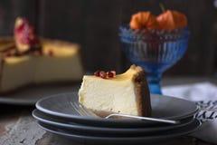 Käsekuchen mit Sauerrahmbelag und frische Saisonbeeren und Nüsse mit einer Scheibe herausgenommen Lizenzfreie Stockbilder