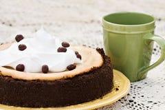 Käsekuchen mit Schokolade deckte Kaffeebohne ab Stockfotografie