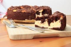 Käsekuchen mit Schokolade Shortcrustgebäck und Schokolade zerbröckeln Stockfotos