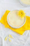 Käsekuchen und Blume auf gelber Serviette und weißer Tischdecke lizenzfreies stockfoto