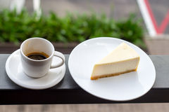 Käsekuchen und Kaffee lizenzfreie stockfotografie