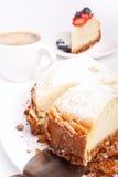 Käsekuchen und Kaffee Lizenzfreie Stockbilder