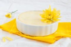 Käsekuchen verziert mit gelber Blume, Nahaufnahme Stockbilder