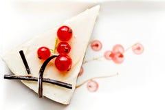 Käsekuchen, verziert mit roten Johannisbeeren Stockfoto
