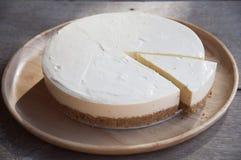 Käsekuchenscheibe auf Tabelle stockfotos