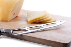Käsemesser auf Ausschnittvorstand Stockfotografie