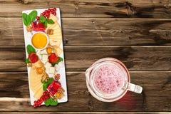 Käsemischung auf Tabelle Stockfotografie