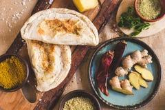 Käsepastetchen, -paprika und -ingwer auf einer rustikalen Tabelle stockbild