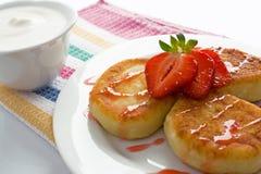Käsepfannkuchen mit Erdbeere Lizenzfreies Stockbild