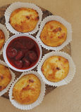 Käsepfannkuchen mit Erdbeeremarmelade Lizenzfreies Stockfoto