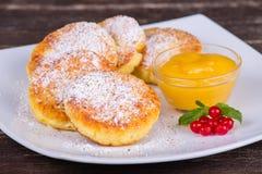 Käsepfannkuchen mit Honig in der weißen Platte Stockfoto