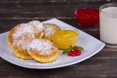Käsepfannkuchen mit Honig in der weißen Platte Stockfotografie