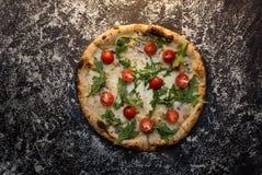 Käsepizza mit Mehl auf Draufsicht des dunklen konkreten Hintergrundes stockfotografie