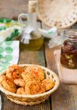 Käseplätzchen mit Oliven und sonnengetrockneten Tomaten Lizenzfreies Stockfoto