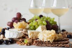 Käseplatte diente mit Trauben, Stau, kurierte Melone, Cracker und Lizenzfreie Stockfotografie